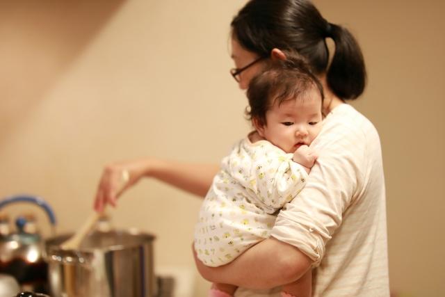 赤ちゃんを抱っこしながら料理する